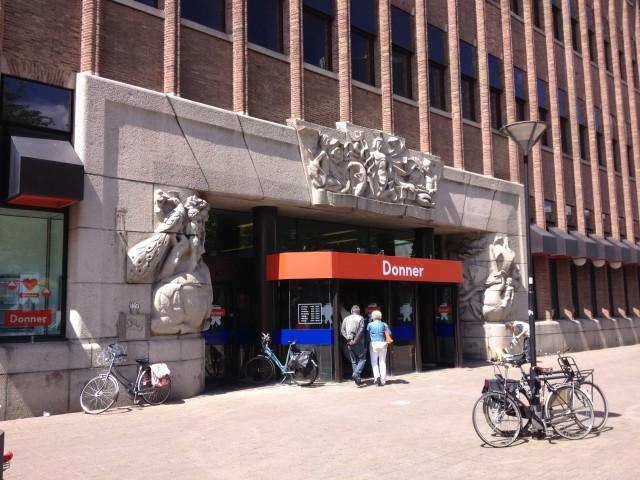 Bankgebouw van de Rotterdamsche Bankvereeniging (Robaver) van H.F. Mertens. Inmiddels de locatie van Boekhandel Donner.