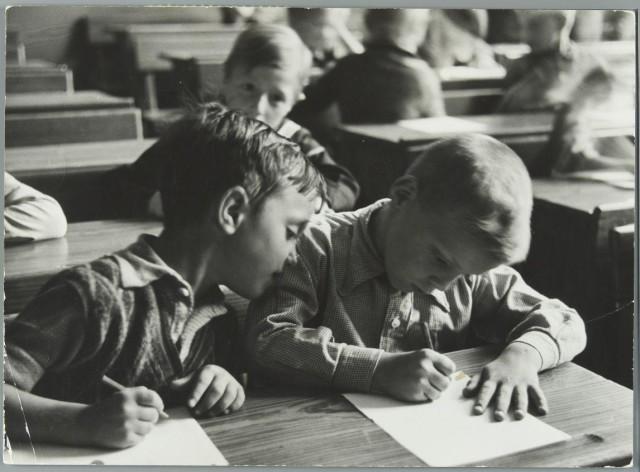 Wiel van der Randen, Kinderen met pen en papier in de schoolbank in de klas [1937]