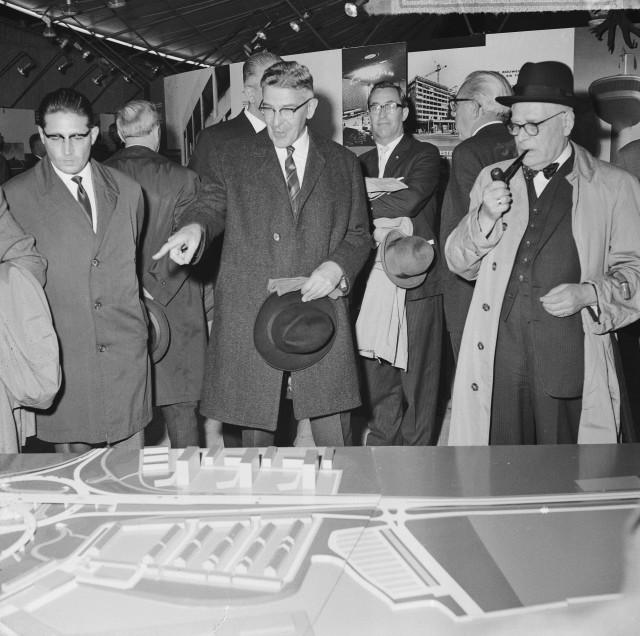 """Opbouwdag Rotterdam 1965. Burgemeester Thomassen bezoekt de tentoonstelling """"Stad in Beweging""""."""