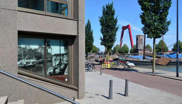 Op het gebouw de Wijnhaeve werd het eerste fotopaneel geplaatst met een beeld van hoe deze plek er vroeger uitzag. Dit initiatief is zo enthousiast ontvangen dat er nu nagedacht wordt over nieuwe plekken in de omgeving van de Wijnhaven om meer fotopanelen te plaatsen.