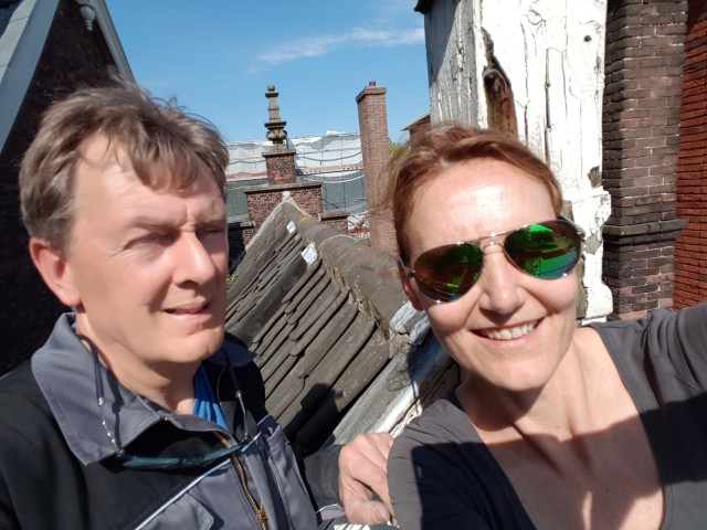 De trotse bewoners op het dak van hun huis