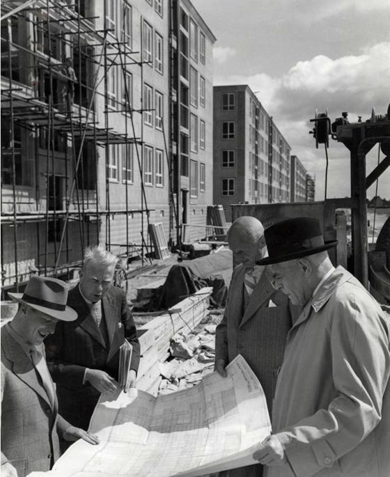 Burgemeester Oud bij de bouw van de wederopbouwflats van Wijmer en Breukelman